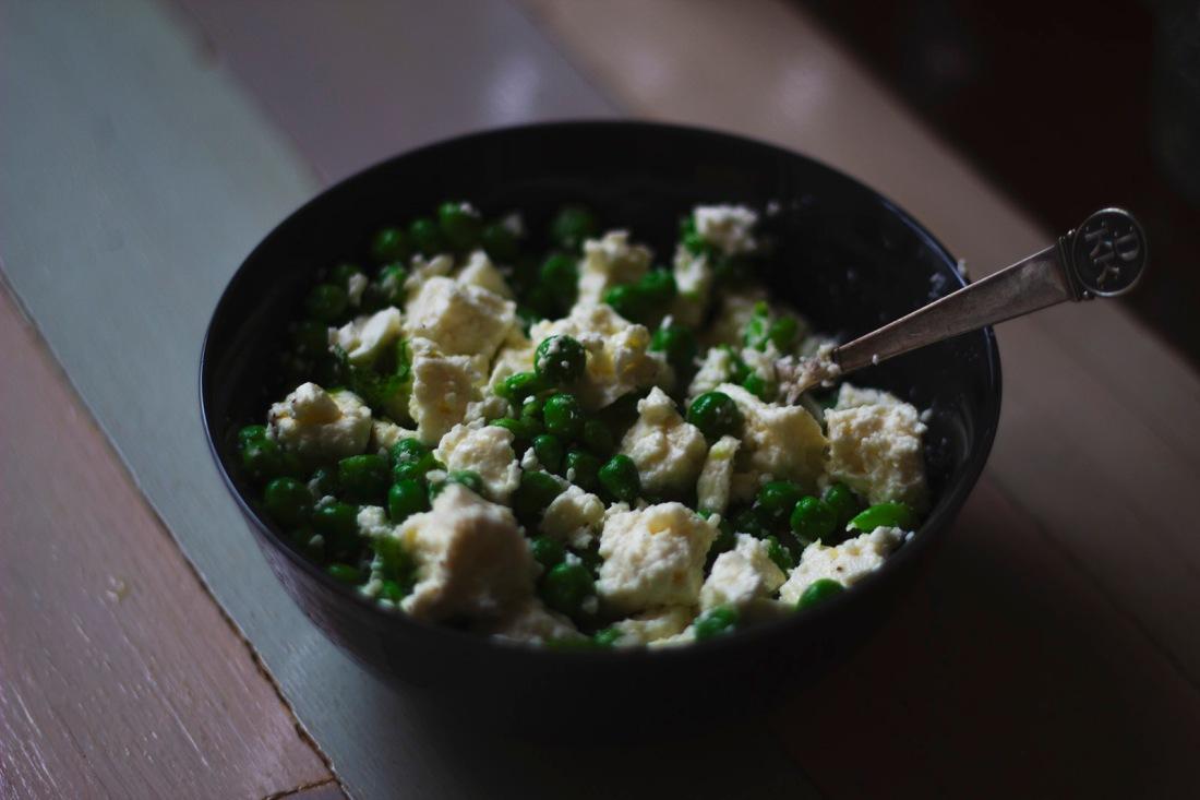 fetaost-gröna–ärtor-mynta-sallad